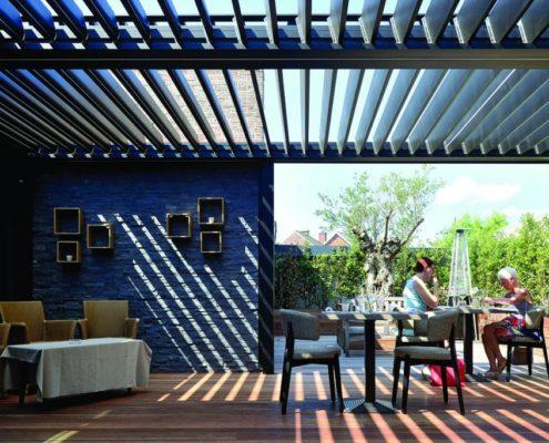 Pergola wyposażona w uchylny lamelowy dach