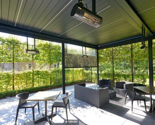 Pergola Ombra wyposażona w panele grzewcze, boczne rolety i listwy LED w lamelach dachowych