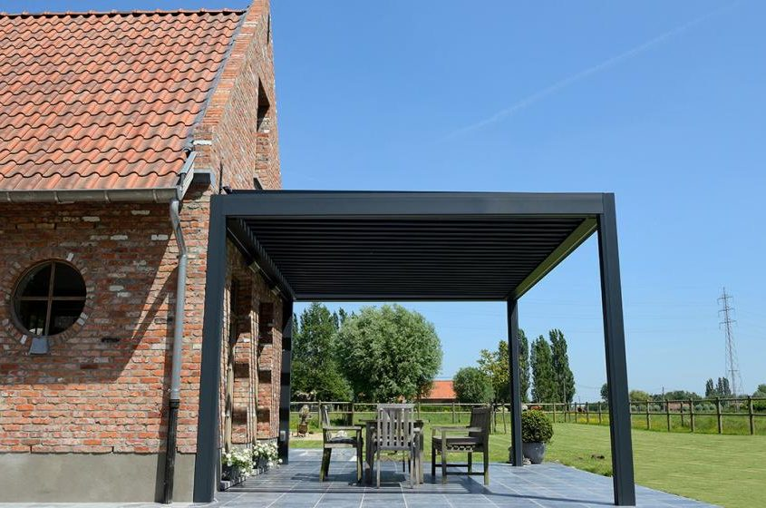 Pergola Ombra - konstrukcja wsparta o fasadę budynku, wyposażona w boczne ekrany