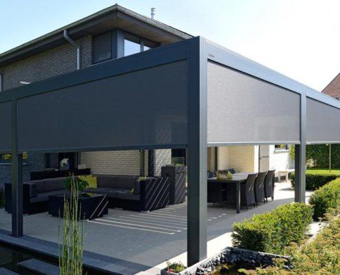Pergola Ombra wyposażona w lamelowy dach i boczne ekrany osłaniające
