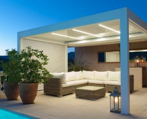 Pergola Ombra wyposażona w boczne rolety i listwy LED w lamelach dachowych